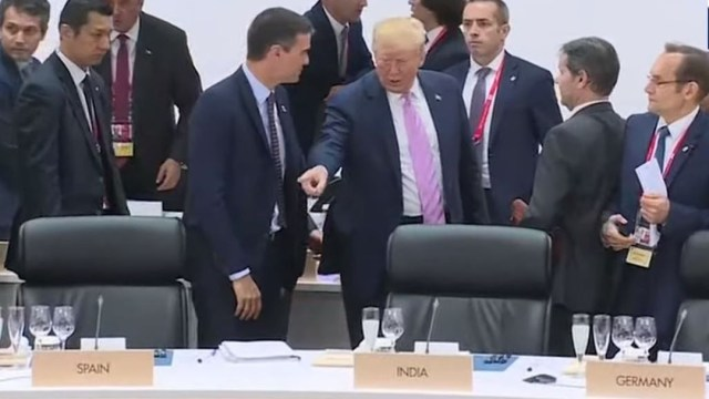 Foto: El presidente Donald Trump manda a sentar al jefe del Gobierno de España, Pedro Sánchez, en la Cumbre del G20, 28 junio 2019