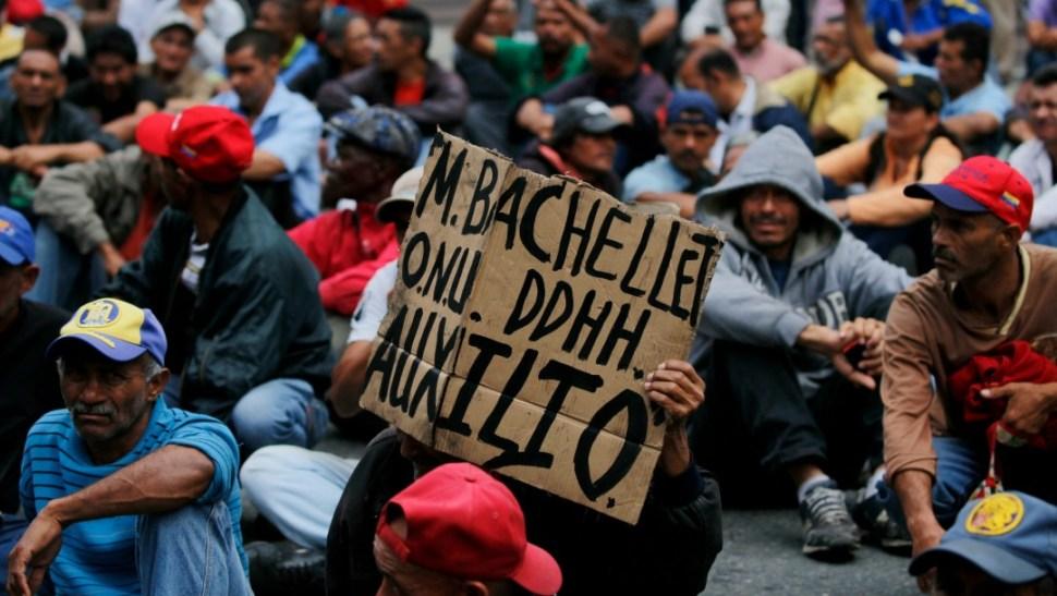 Foto: Extrabajadores petroleros protestan en Venezuela durante visita de Bachelet, 20 de junio de 2019, Caracas