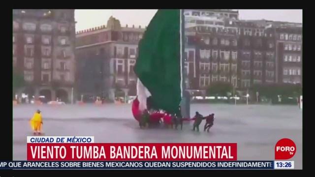 FOTO: Viento tumba bandera monumental en el Zócalo de la CDMX