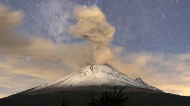 Foto: Vista general de una erupción del volcán Popocatépetl este sábado, junio 29 de 2019 (EFE)