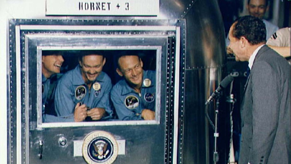 richard nixon da la bienvenida a los astronautas