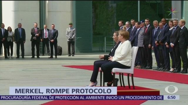 Angela Merkel rompe protocolo y se sienta durante acto oficial