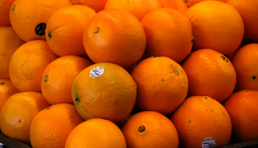 Cáscara de naranja remueve cromo de agua contaminada
