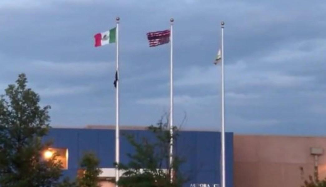 Foto: Una bandera estadounidense al revés, una bandera mexicana y otra pintada con consignas, en un centro de detención de ICE en Aurora, Colorado, julio 14 de 2019 (Twitter: @mattmauronews)