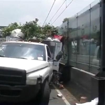 Vehículo choca contra estación Registro Federal del Tren Ligero