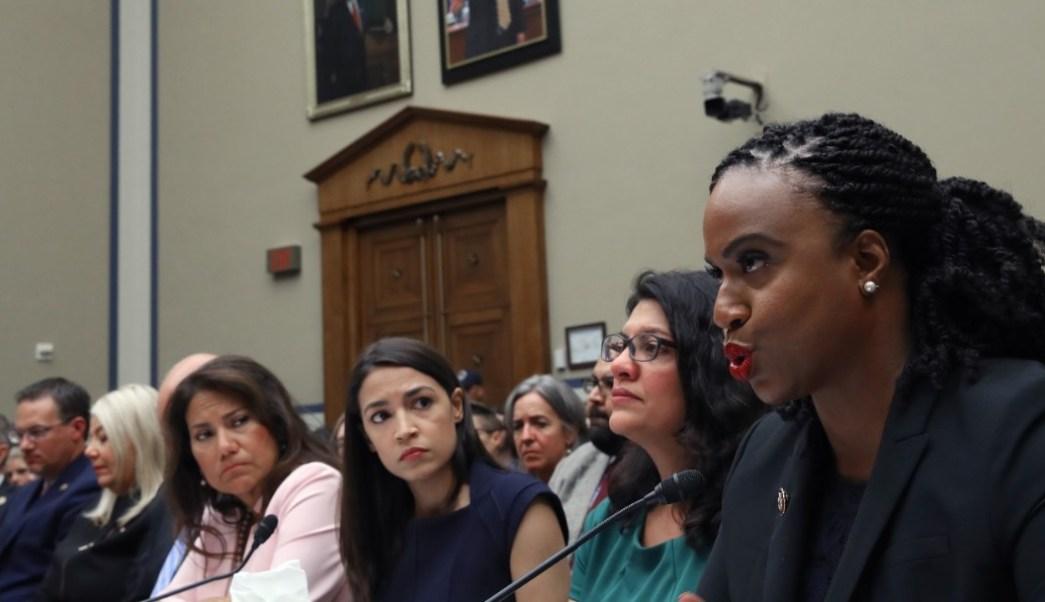 """Foto: Alexandria Ocasio-Cortez (centro), durante una audiencia del Comité de Reforma y Supervisión de la Cámara de Representantes sobre """"La política de separación de menores"""", julio 14 de 2019 (Getty Images)"""