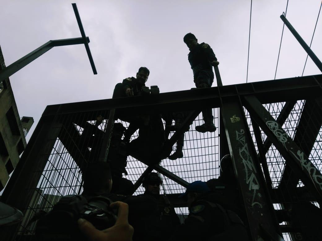 FOTO Cierran Periférico Sur de CDMX por hombre que se manifestaba en puente peatonal (S.Servín)