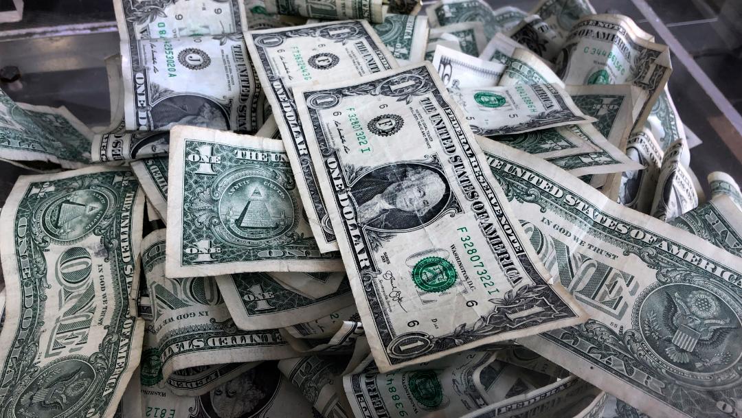 FOTO Dólar sigue en descenso, abre en 19.37 pesos (AP)