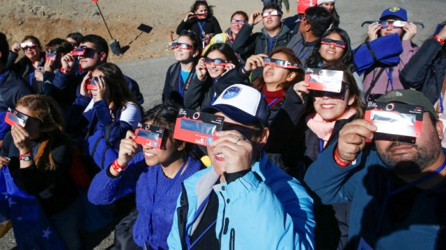 Foto: Eclipse solar, gente prueba sus lentes en Chile, 2 de julio de 2019, Coquimbo,Chile