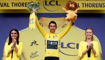 Foto: El colombiano Egan Bernal (C) del equipo Ineos celebra en el podio después de retener la camiseta amarilla en la Tour de Francia, 27 julio 2019
