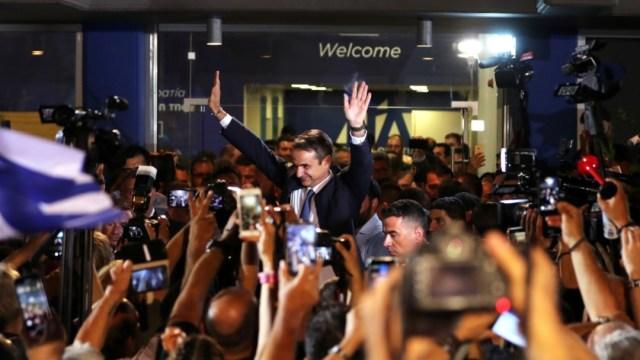 Foto: El líder del partido conservador de la Nueva Democracia, Kyriakos Mitsotakis, saluda mientras habla fuera de la sede del partido, después de las elecciones generales en Atenas, Grecia, 7 de julio de 2019 (Reuters)