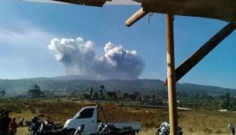 Foto: El volcán Tangkuban Parahu, en Indonesia, entró en erupción y provocó una columna de ceniza de 200 metros, 26 julio 2019