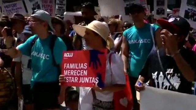 Foto: Grupos de activistas y representantes de organizaciones sociales protestan en El Paso, Texas, por las redadas contra migrantes, julio 13 de 2019 (Reuters)