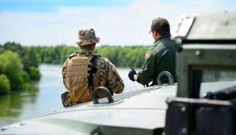 Foto: Un miembro de la Guardia Nacional de EEUU y un agente de la Patrulla Fronteriza vigilan la frontera en Texas. El 10 de abril de 2018
