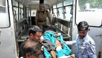 Foto: Paramédicos trasladan a sobrevivientes del accidente carretero en Kishtwar, Cachemira. India. El 1 de julio de 2019