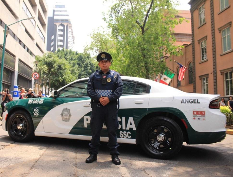 Foto: Un agente de la Policía de la CDMX posa frente a su nueva patrulla. El 9 de julio de 2019