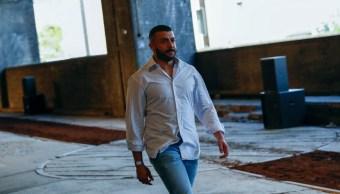 Foto: El diseñador Khalid Al Qasimi camina en una pasarela de moda en Londres, Inglaterra. El 8 de junio de 2019