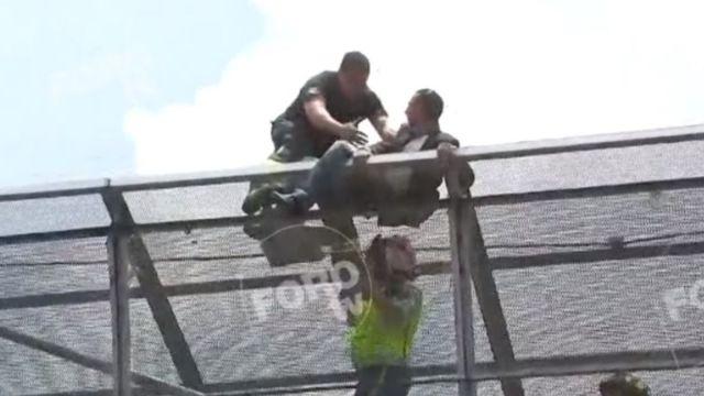 Foto: Un hombre protestó arriba de un puente peatonal en la Ciudad de México. El 22 de julio de 2019