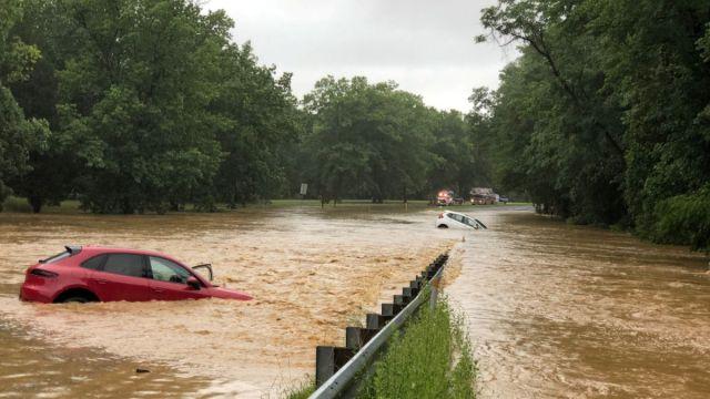 Foto: Varios autos quedaron varados por la inundación en calles de Washington, EEUU. El 8 de julio de 2019