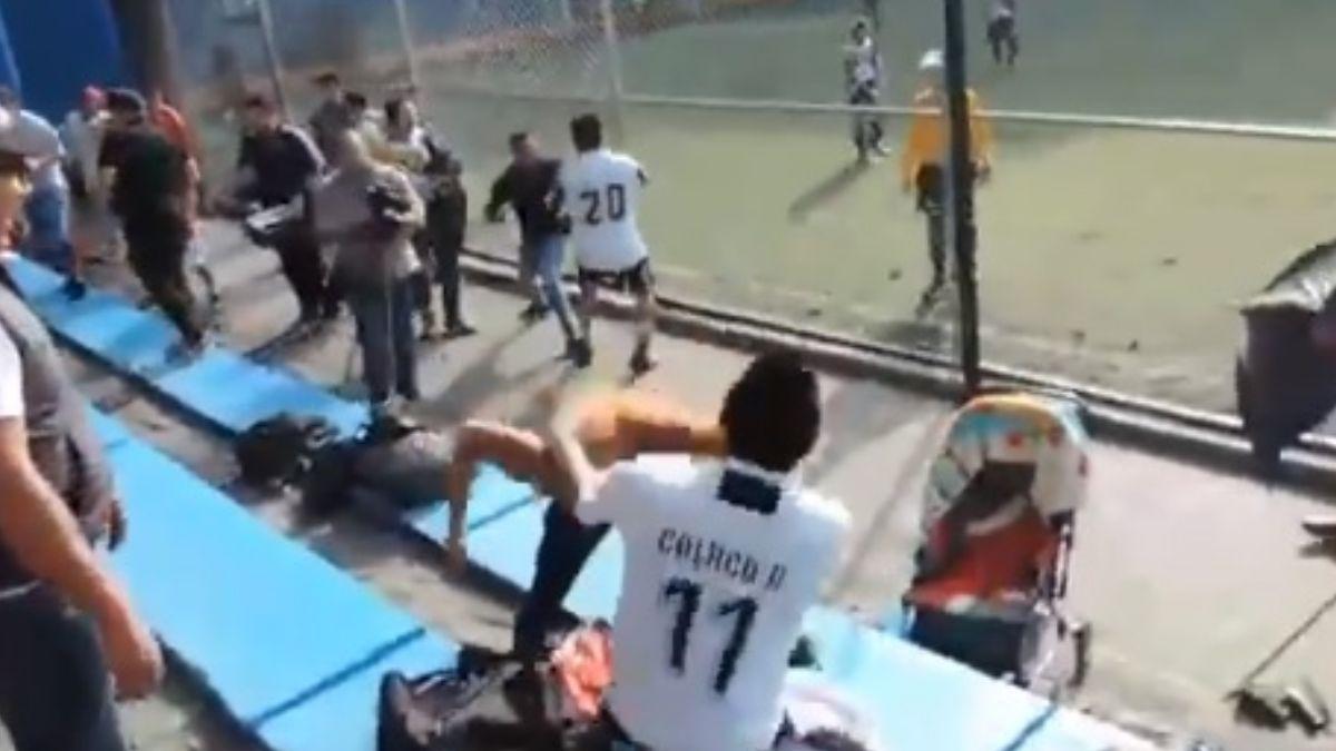 Foto: Jugadores de futbol pelean en una cancha de la colonia Álamos, en la alcaldía Benito Juárez, en Ciudad de México. El 6 de julio de 2019