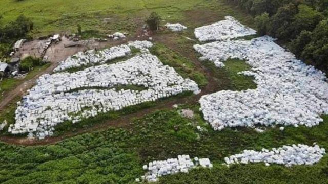 Miles de cajas con botellas con agua tiradas en un campo en el municipio de Dorado, Puerto Rico. Twitter@elforopr
