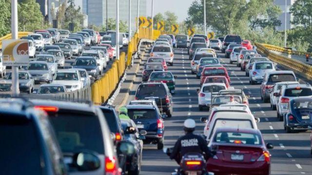 Foto: Vehículos circulan en calles de la Ciudad de México. Getty Images/Archivo