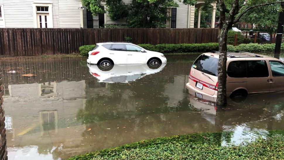 Foto: Dos automóviles quedaron varados por la tormenta en Nueva Orleans, Estados Unidos. El 10 de julio de 2019