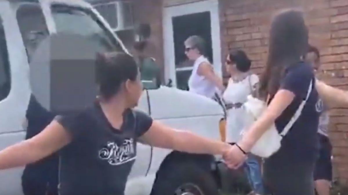 Foto: Varias personas hicieron una cadena humana para evitar que agentes de ICE arrestaran a un hombre. Nashville Noticias/Facebook