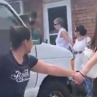 Vecinos hacen cadena humana para evitar que ICE arreste a un hombre