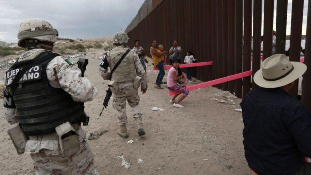 """Foto: Militares mexicanos observan a las familias que se divertían en el """"sube y baja"""". AP"""