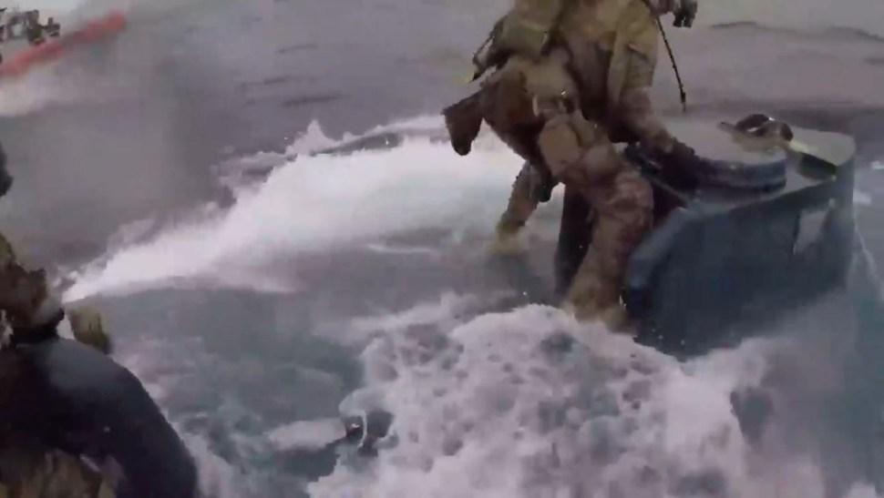 Foto: Los marinos descubrieron a los traficantes en altamar y tras perseguirlos un agente salta sobre el semisumergible., 12 julio 2019