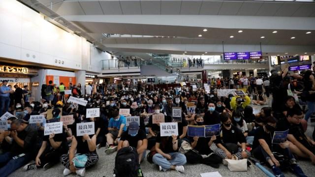 Protestan en aeropuerto de Hong Kong contra polémica Ley de Extradición