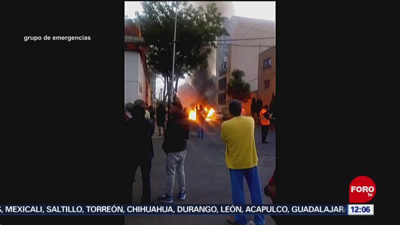 Imágenes del incendio de un vehículo robado en Ciudad de México