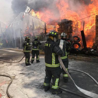 Controlan incendio en la zona de la Central de Abasto en Iztapalapa