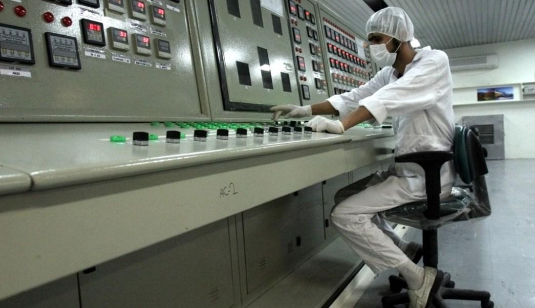 Foto:Un técnico iraní trabaja en la Instalación de conversión de uranio a las afueras de la ciudad de Isfahan., 11 julio 2019