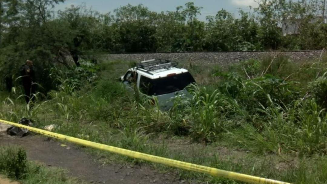 Foto: La camioneta donde viajaba el ejecutado salió de la cinta asfáltica y terminó en una cuneta, el 14 de julio de 2019 (Noticieros Televisa)