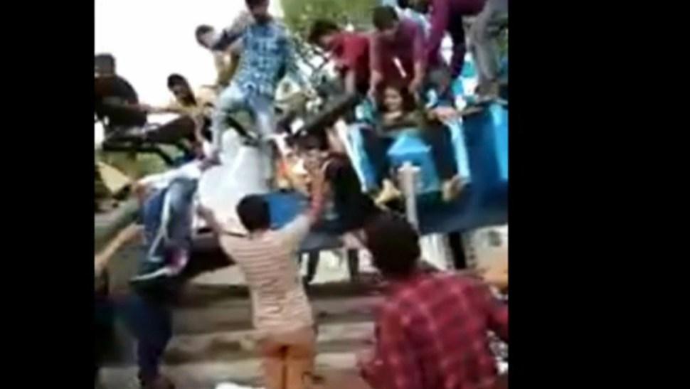 FOTO Video: Juego mecánico se parte en dos, en India; hay 3 muertos (FOROtv)
