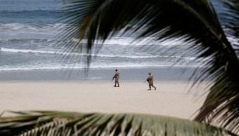 Imagen: Se esperan olas que van de entre los dos hasta los cuatro metros de altura, 14 de julio de 2019 (AP, archivo)