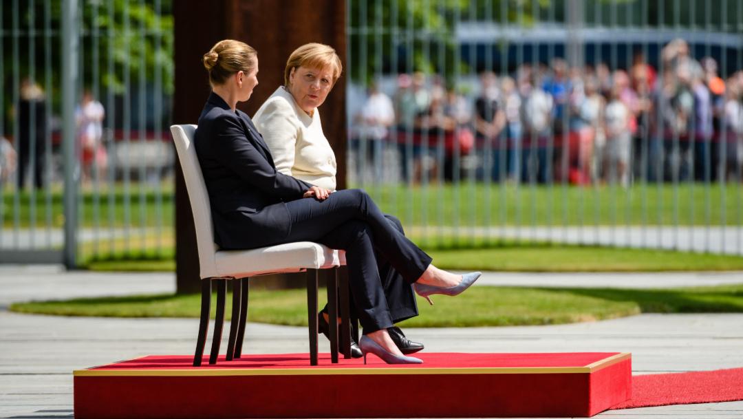 Foto: La canciller alemana, Angela Merkel (d), participó sentada en el recibimiento con honores militares de la primera ministra danesa, Mette Frederiksen. 11 julio 2019