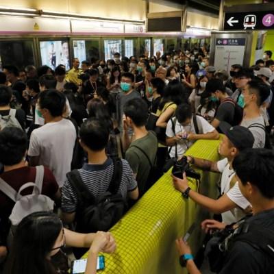 Manifestantes colapsan el metro de Hong Kong