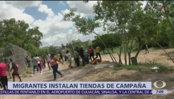 Migrantes instalan casas de campaña en márgenes del Río Bravo