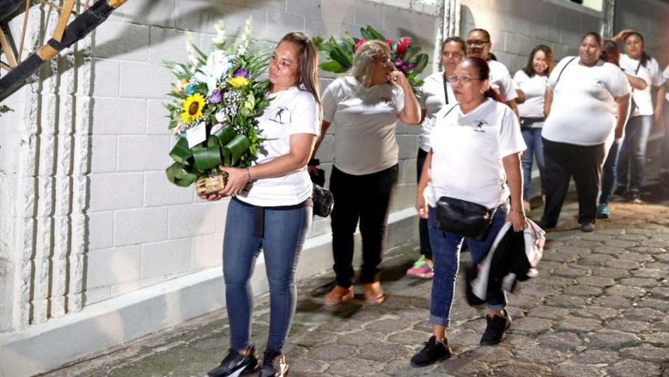 Foto: Familiares y amigos del salvadoreño Óscar Alberto Martínez y su hija Angie Valeria acuden al funeral, 30 de junio de 2019, El Salvador