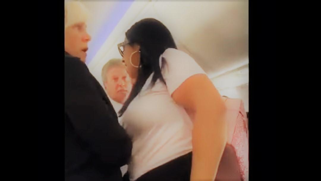 En pleno vuelo, mujer estrella laptop en la cabeza de su marido por mirar a otra mujer