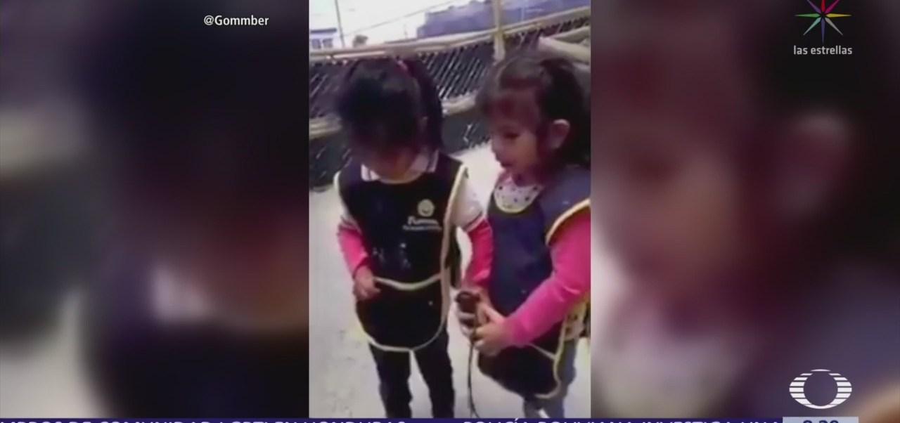 Niña ciega enseña a compañera a usar bastón