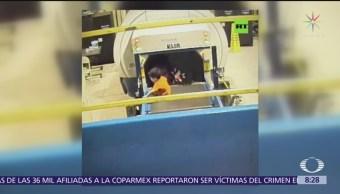 Niño de 2 años se sube banda de maletas en aeropuerto