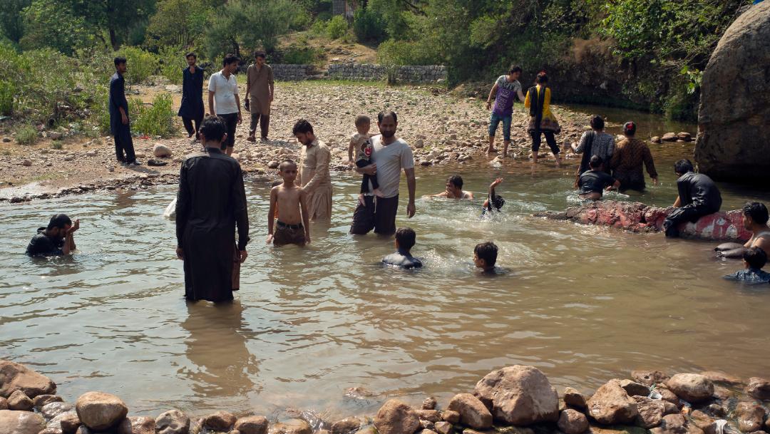 FOTO Olas de calor, 5 veces más probables, según científicos; en la imagen, personas se refrescan por altas temperaturas en Pakistán (AP)