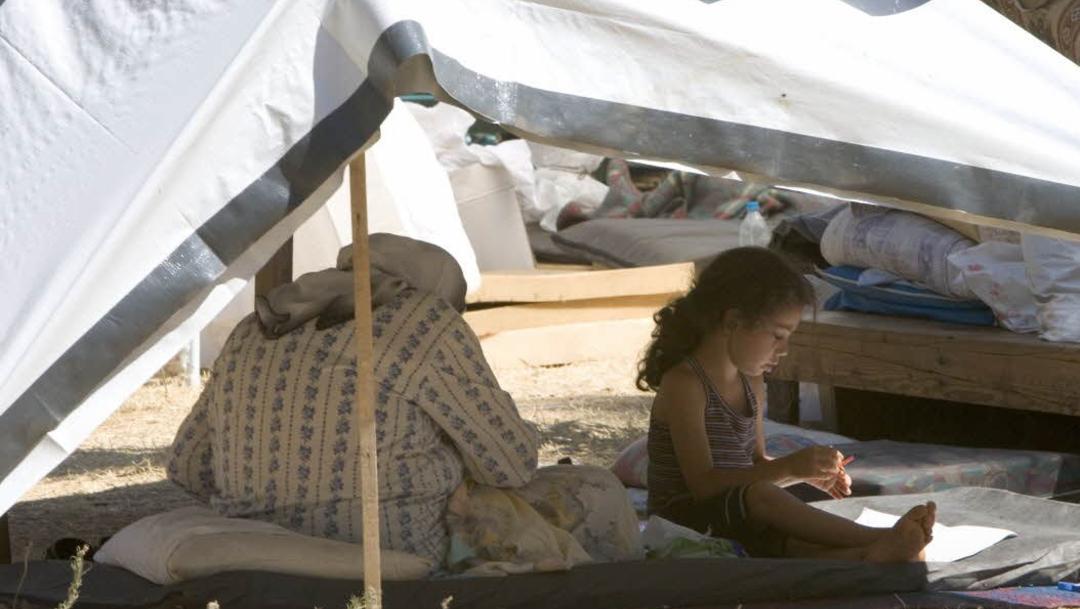 FOTO OMS: Veinte millones de niños se quedan sin vacunas cada año; en la imagen, niña en campo de refugiados