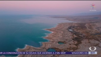 Paola Rojas se cubre con lodo, en el mar Muerto