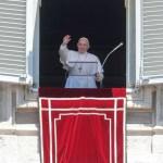 Foto: Tras rezar el Ángelus, el papa Francisco se asoma desde la ventana del palacio pontifico, 14 JULIO 2019