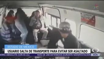 Pasajero salta de unidad de transporte público para evitar asalto